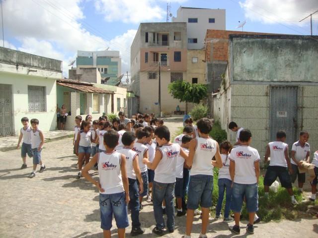 """Os alunos do maternalzinho até o 5º ano realizaram mais uma ação do Projeto """"Pegada Ecológica"""", uma caminhada pelas ruas próximas do colégio, conscientizando as pessoas sobre o lixo jogado nas ruas. Os alunos e professoras distribuíram panfletos."""